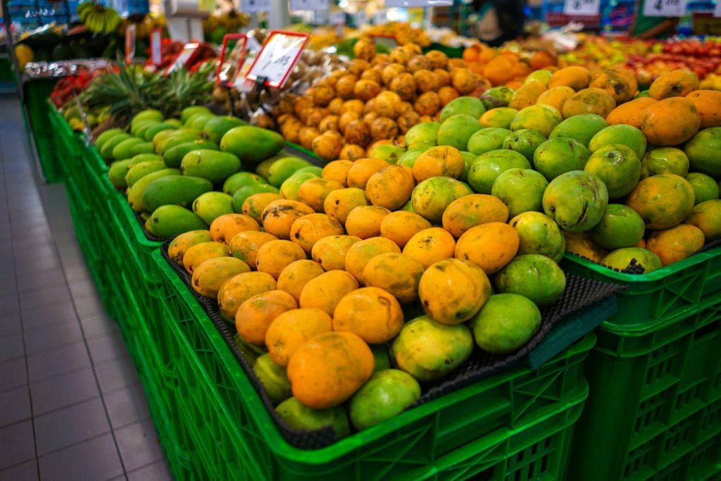 Etal de mangues dans un marché aux fruits tropicaux