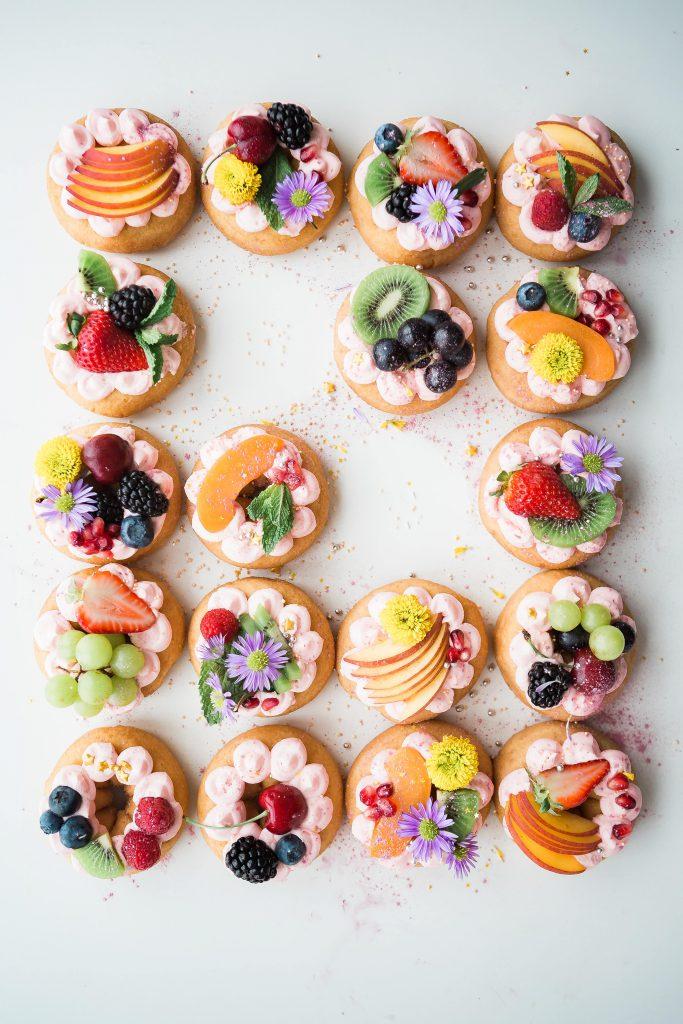 Des tartelettes aux fruits frais colorées