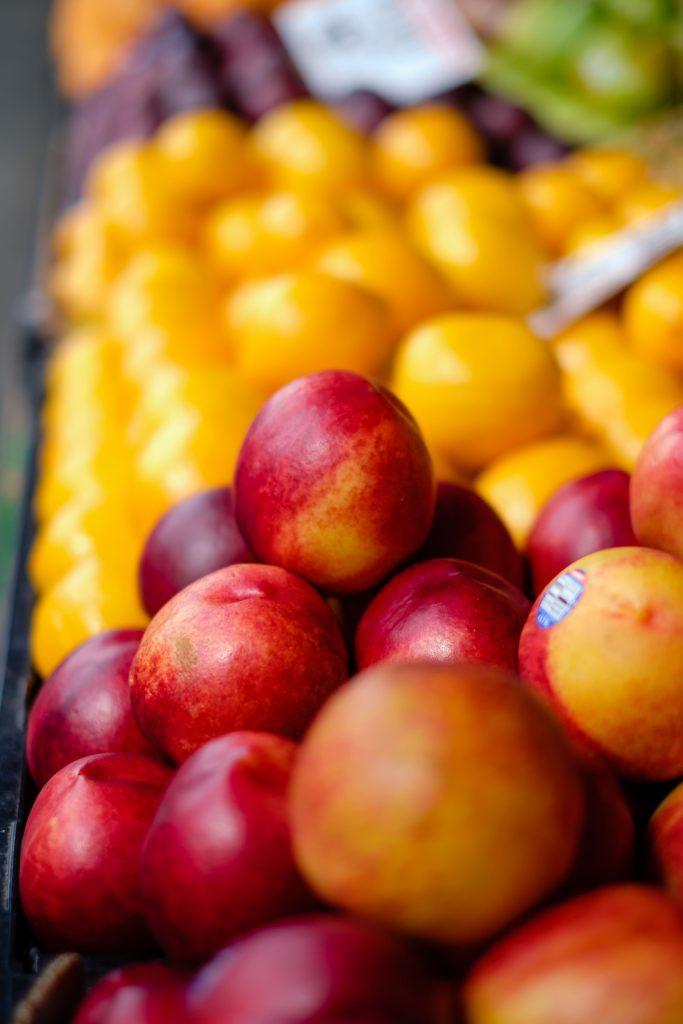 Des nectarines sur un étalage de fruits frais