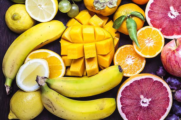 Ensemble de fruits tropicaux : mangue, bananes, pamplemousses, oranges